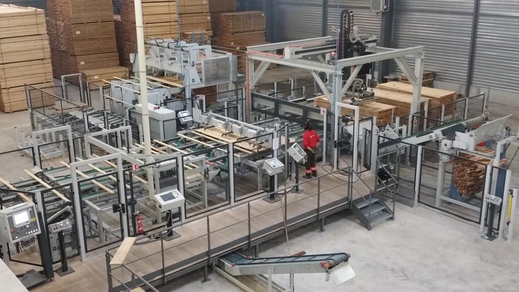 Machine de coupage aboutage dans l'usine Gascogne Bois de Saint Symphorien